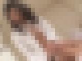 【無修正】水着日焼け跡の綺麗な美女がマ〇コを弄り回されて大量潮吹きしてアヘ顔に?感度が高いまま中出しセックス